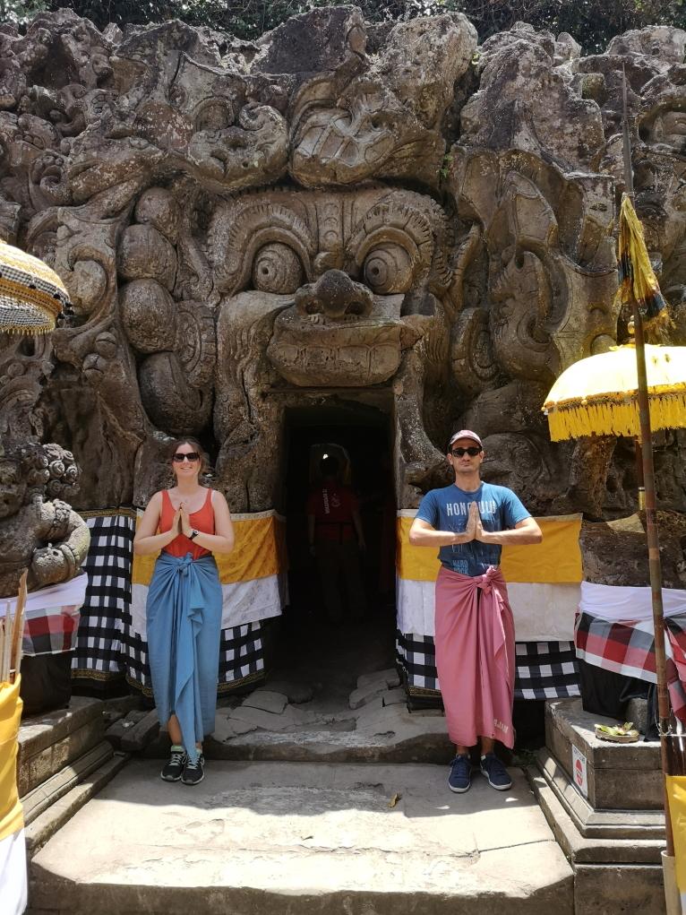 On revêtit encore le sarong devant la grotte