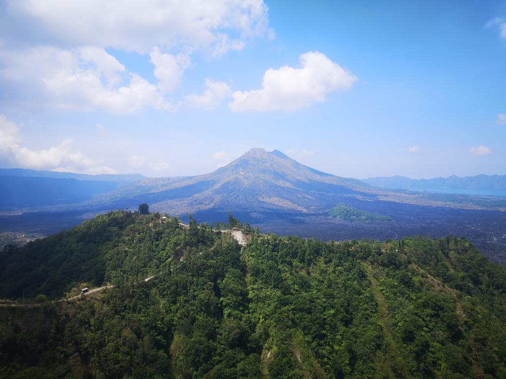 Vue sur le nouveau cratère du mont Batur depuis la terrasse du restaurant