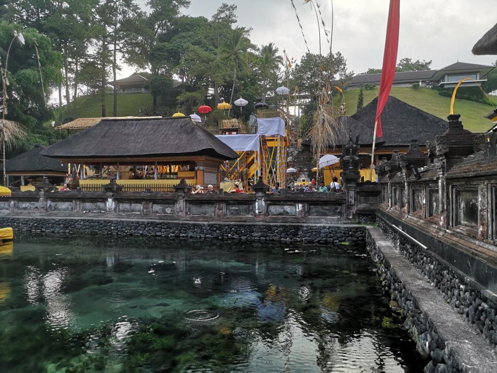 Le bassin avec la source sacrée et la maison de Soekarno sur les hauteurs en arrière plan