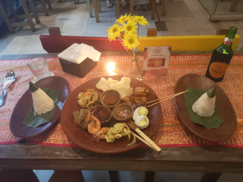 Notre repas du soir: Gibungan Bali, composé de plusieurs échantillons des plats traditionnels locaux
