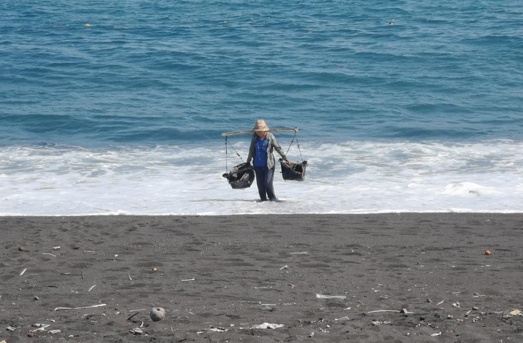 La femme s'est précipitée pour aller chercher de l'eau quand elle nous a vu