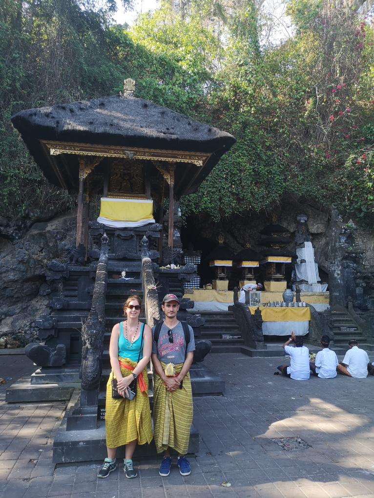 Nous en sarong dans le Temple Goa Lawah