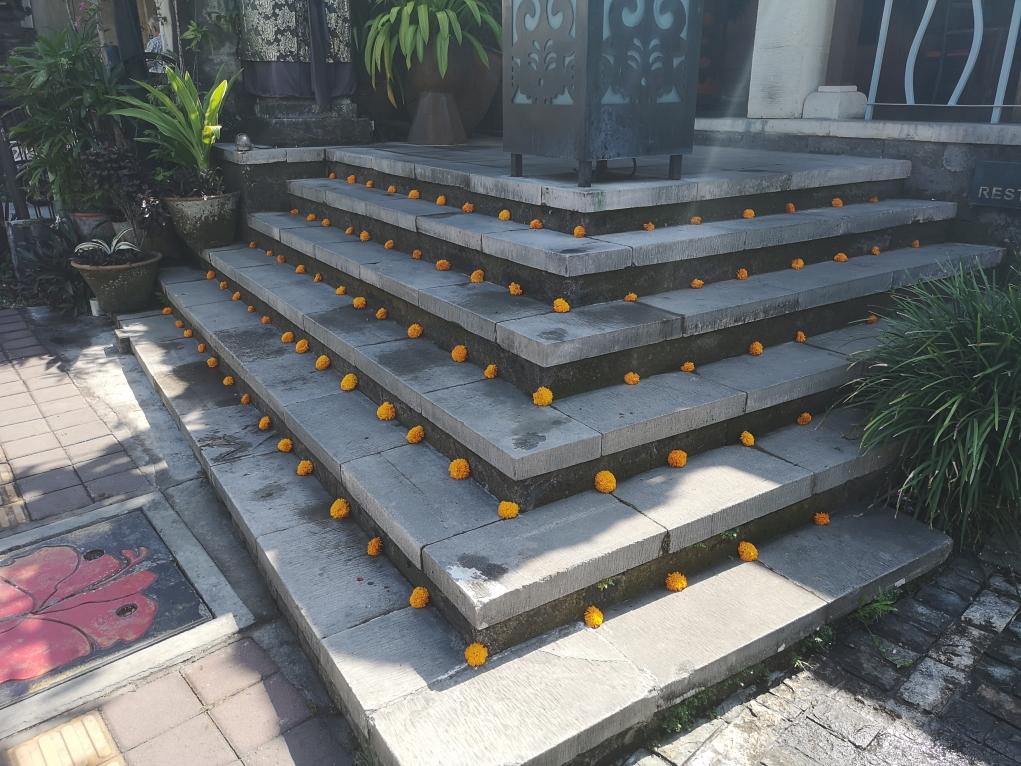 Escaliers décorés avec des oeillets d'Inde dans les rues d'Ubud
