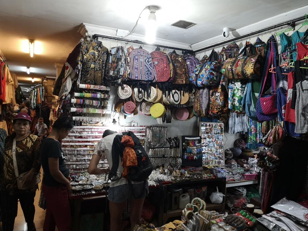 L'un des nombreux étalas du marché d'Ubud