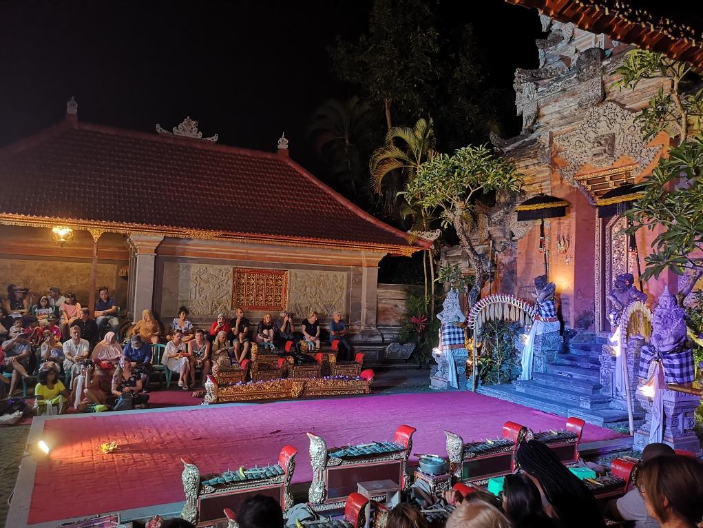 Début du spectacle de la Danse du Legong devant la porte de la cour intérieure du Palais Royal