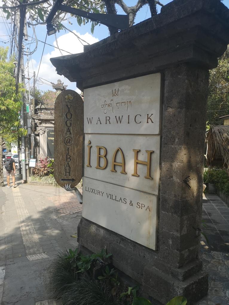 """Pour la Campuhan Ridge Walk, sortir d'Ubud en direction du Nord puis tourner à droite au niveau de ce panneau """"Ibah"""""""