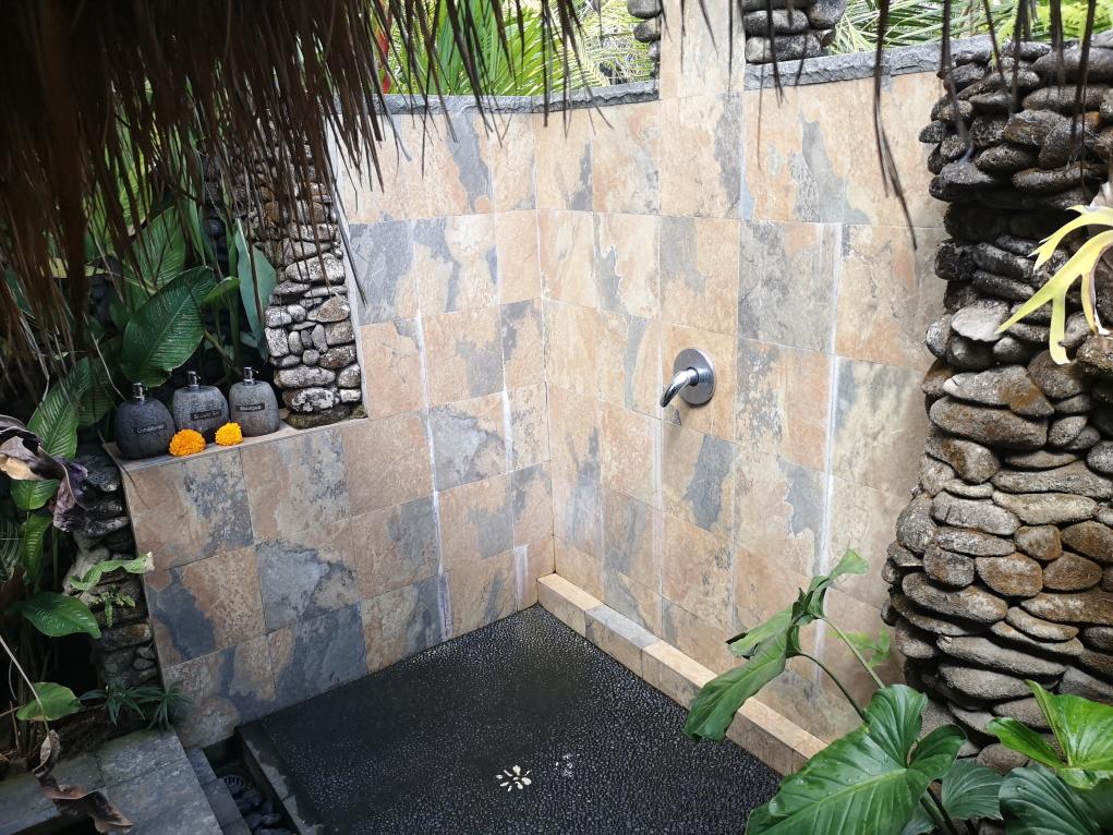 Une bonne douche en plein air après le massage