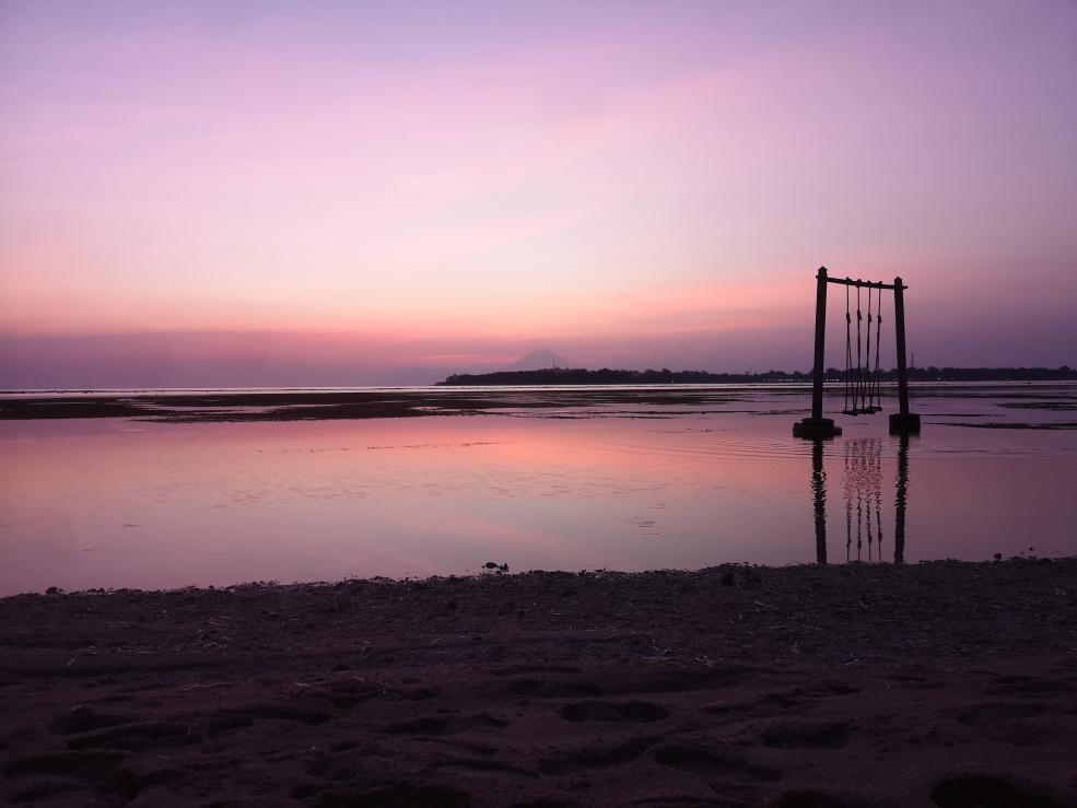 Coucher de soleil - On aperçoit Gili Meno puis Gili Trawagan (antenne) puis l'île de Bali avec le Mont Arung