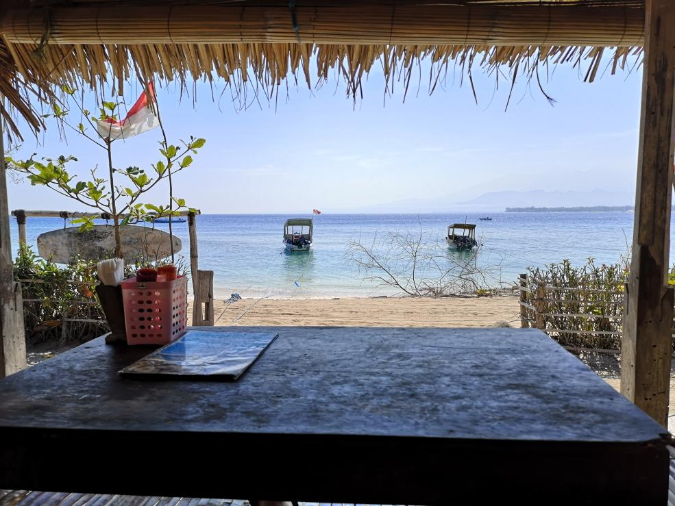 Petit déjeuner face à la mer au Ya Ya Warung