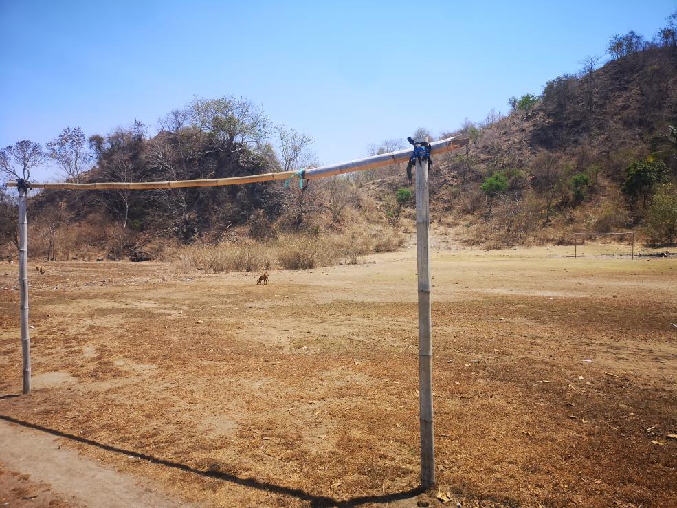 Le terrain de foot local pour une petite partie au milieu des vaches et des chèvres