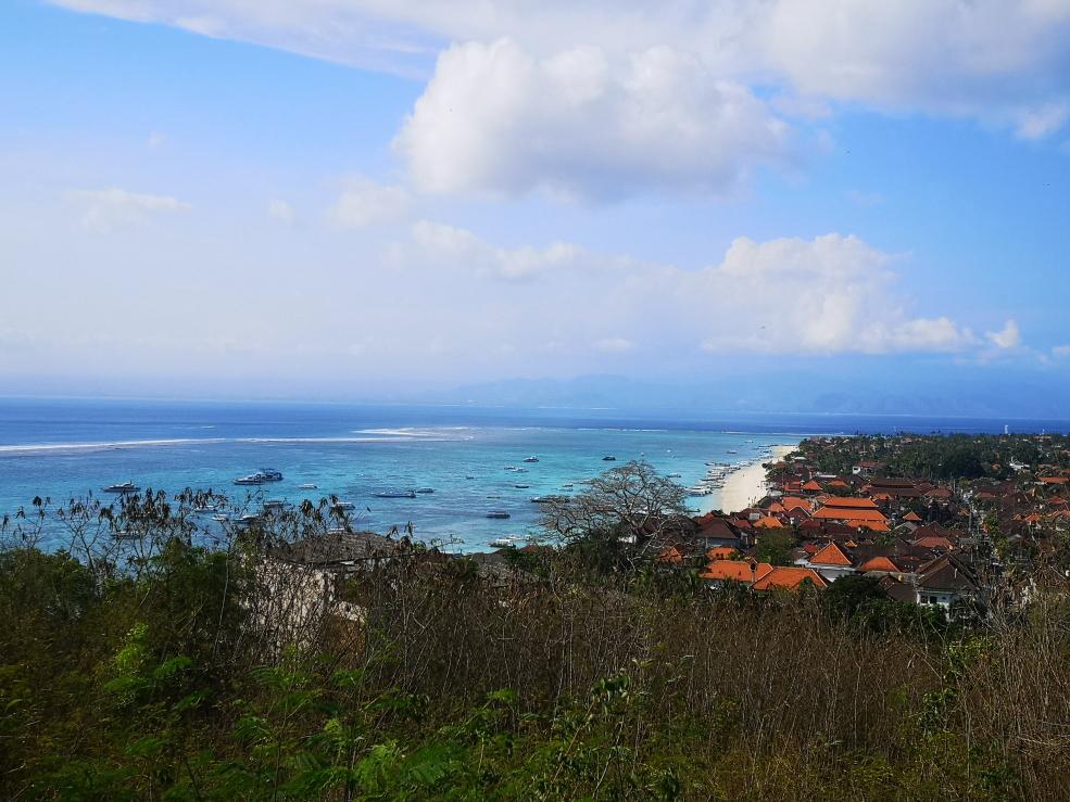 Vue sur la plage principale de Nusa Lembongan depuis View Point