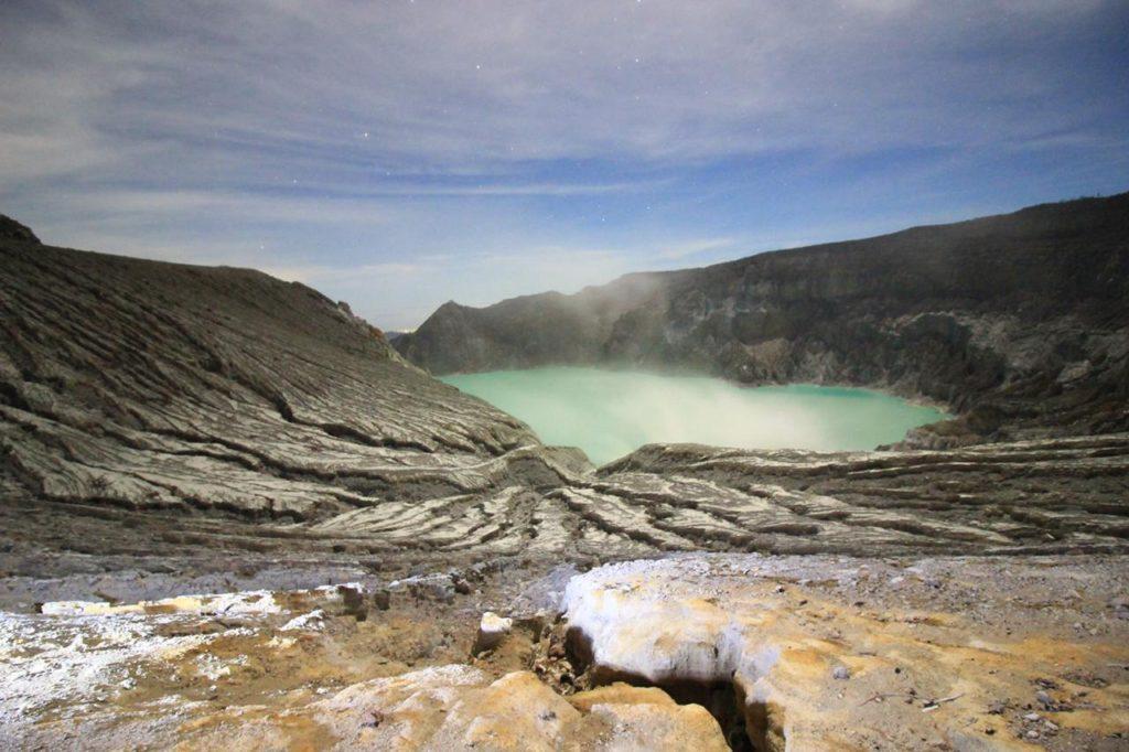 Vue du lac d'acide depuis le sommet - Photo de Bruno