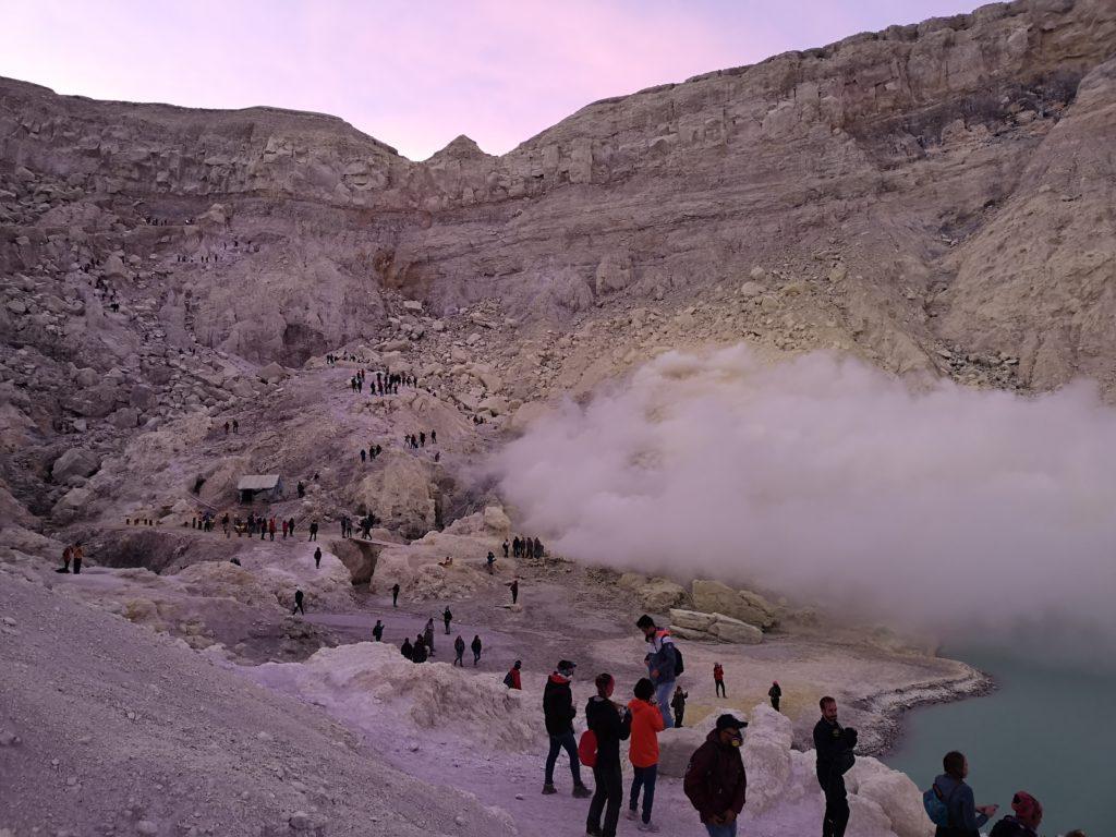 Le soleil se lève et laisse apparaître le cratère du volcan