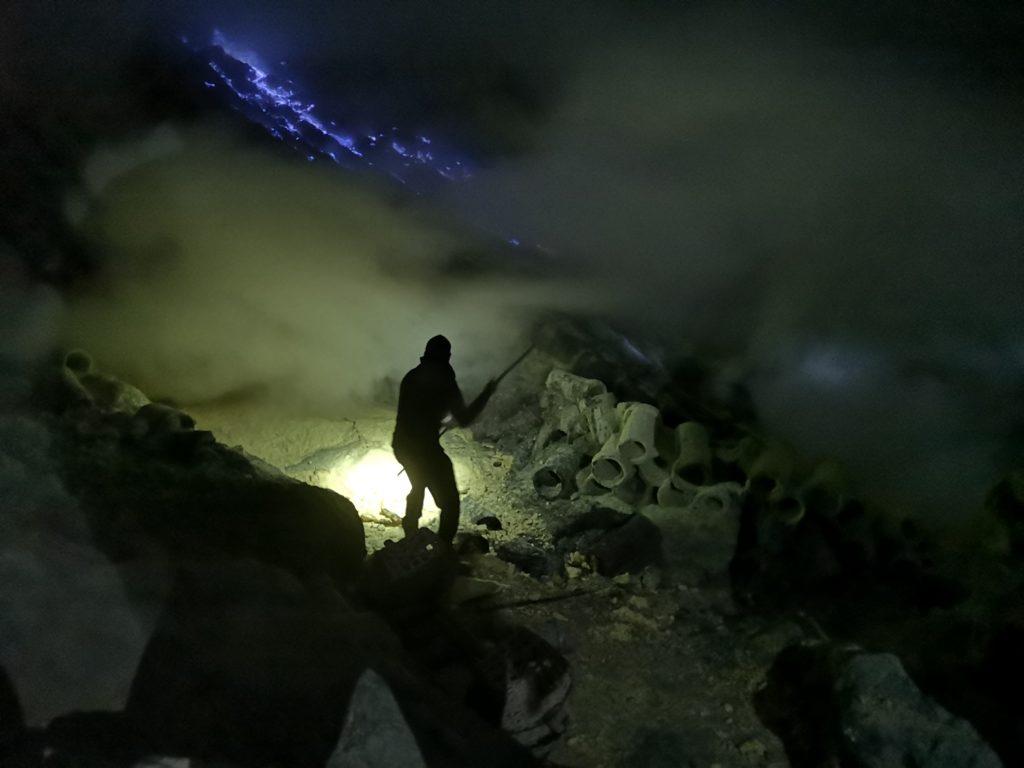 Un mineur récoltant du souffre dans le cratère du Kawah Ijen