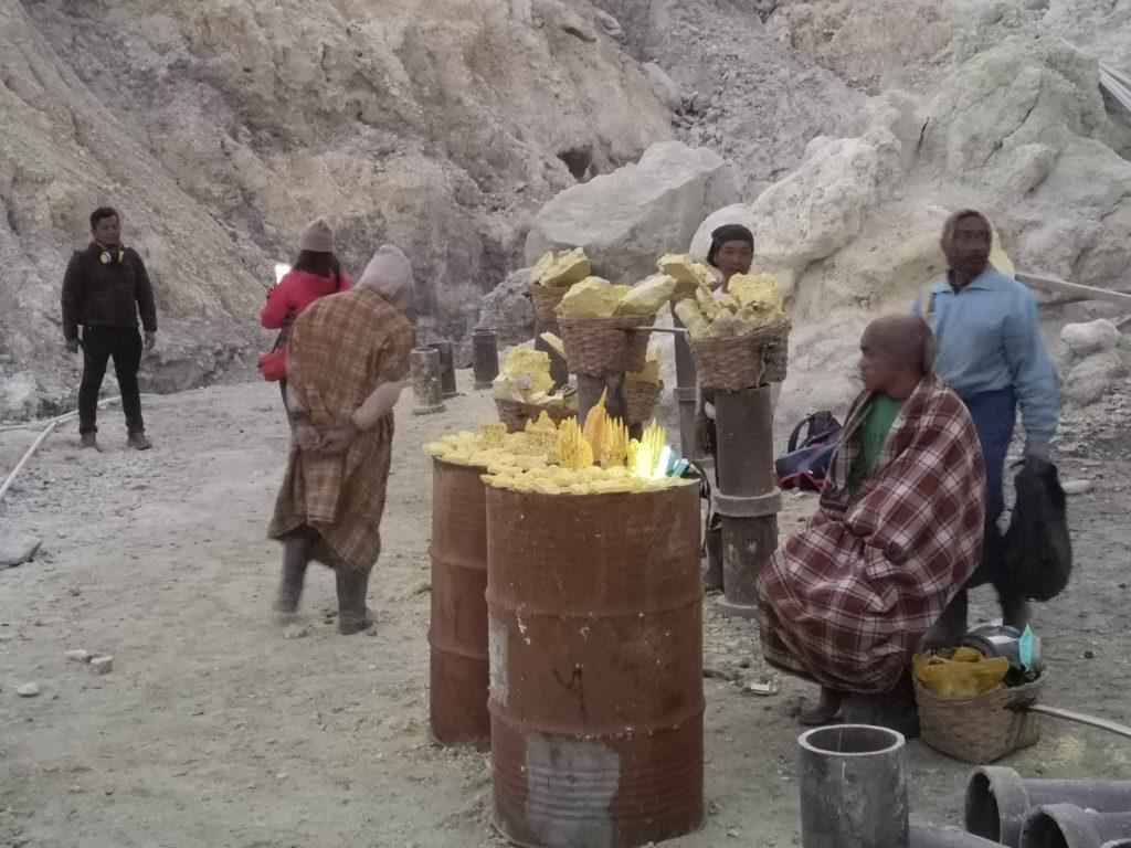 Les mineurs qui vendent des souvenirs en soufre aux touristes