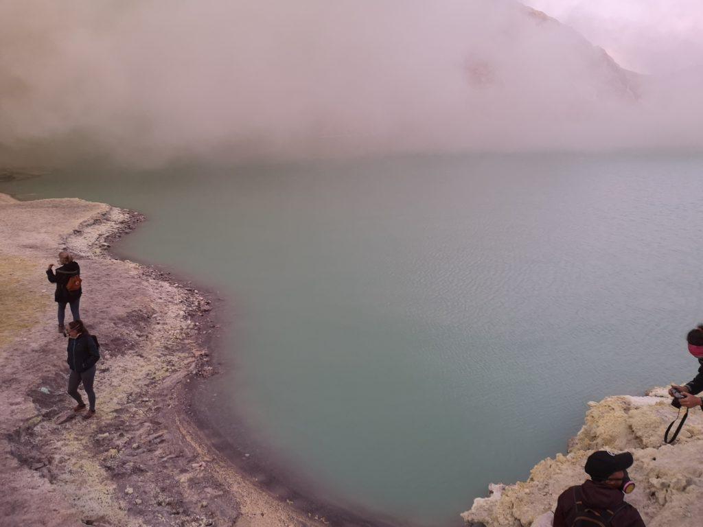 Le lac d'acide avec un nuage de gaz toxiques