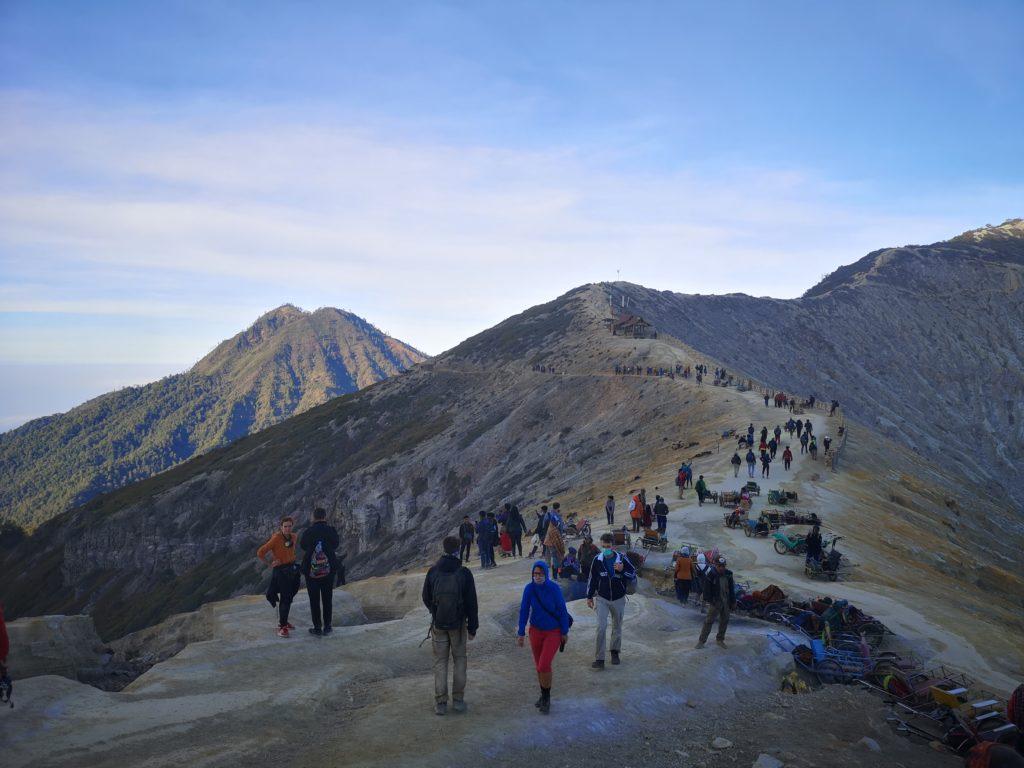 On est remontés du cratère et on contemple les environs du volcan