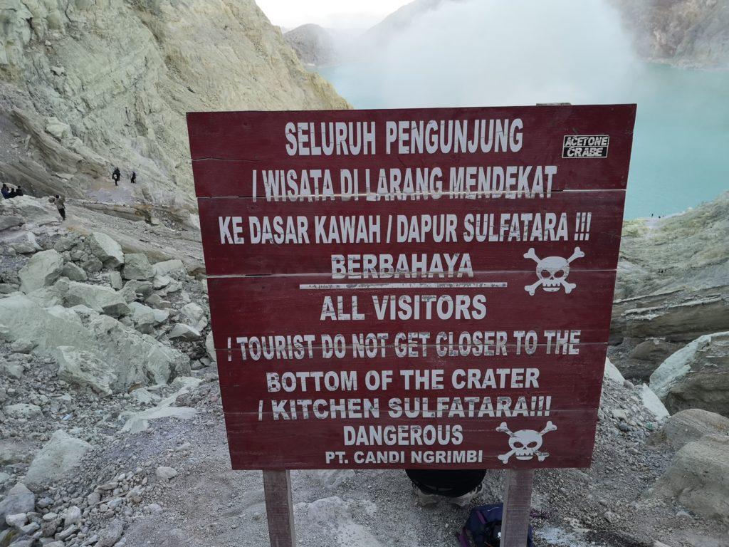 Euuh, danger, ne pas descendre dans le cratère? Oups.