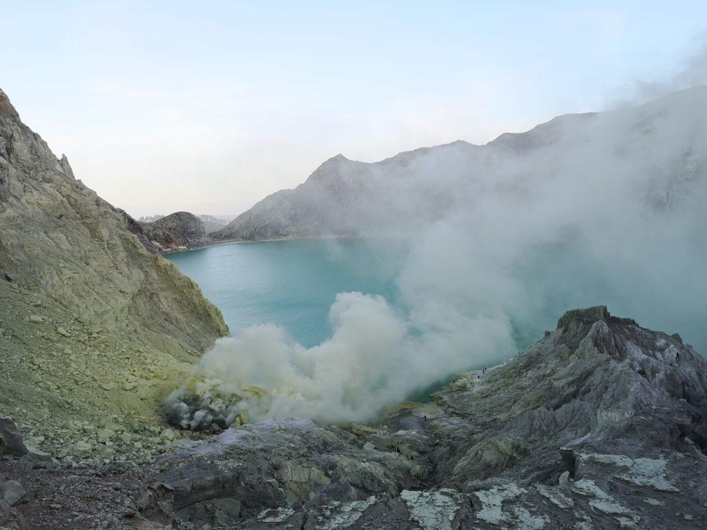 Le lac d'acide vu depuis le sommet