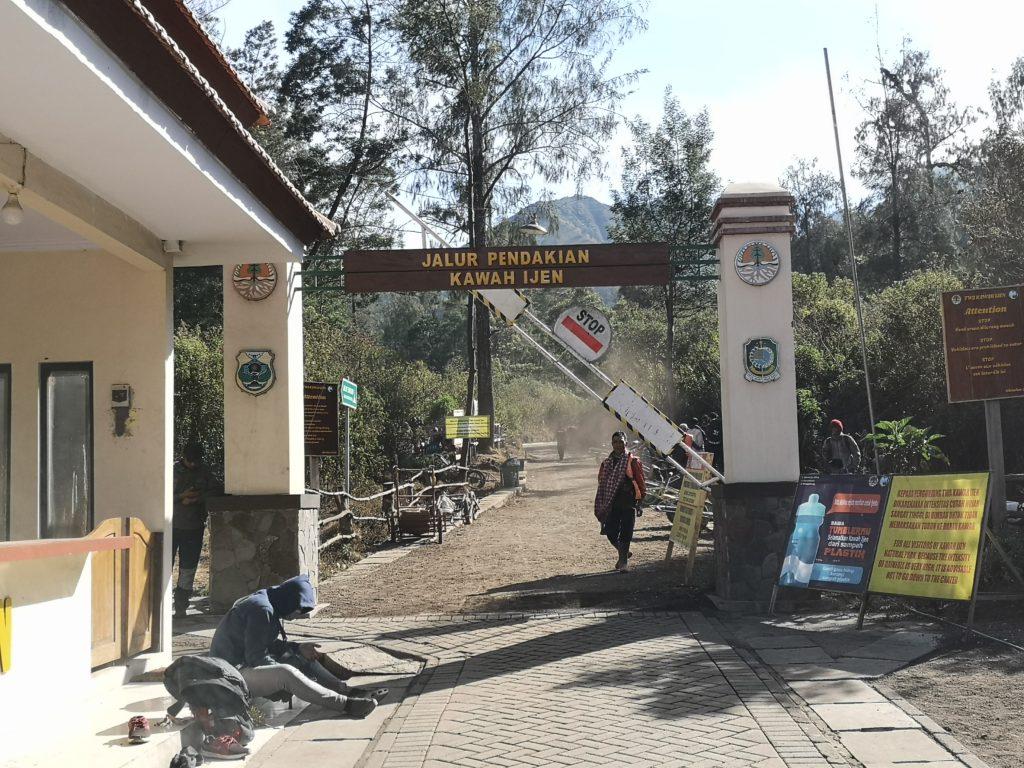 Les portes signalisant le début de la montée vers le volcan