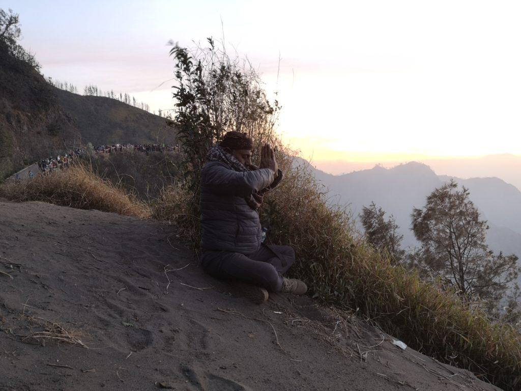 Notre guide en pleine méditation