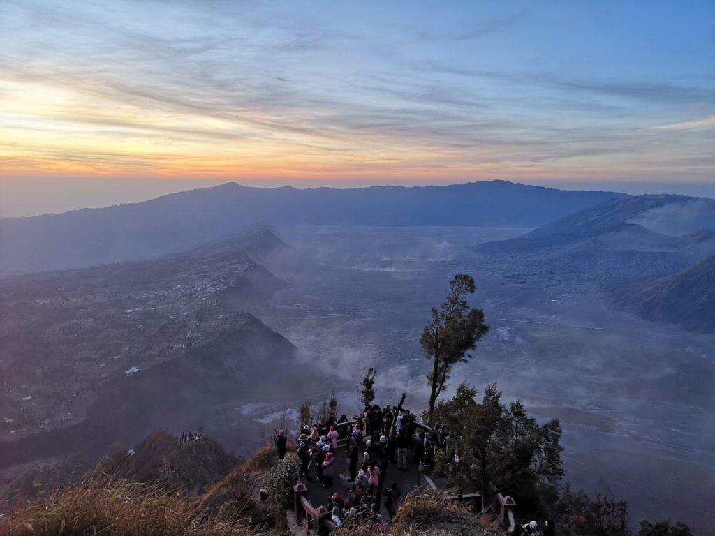 Vue sur la caldera du Bromo avec à gauche le village où nous séjournons