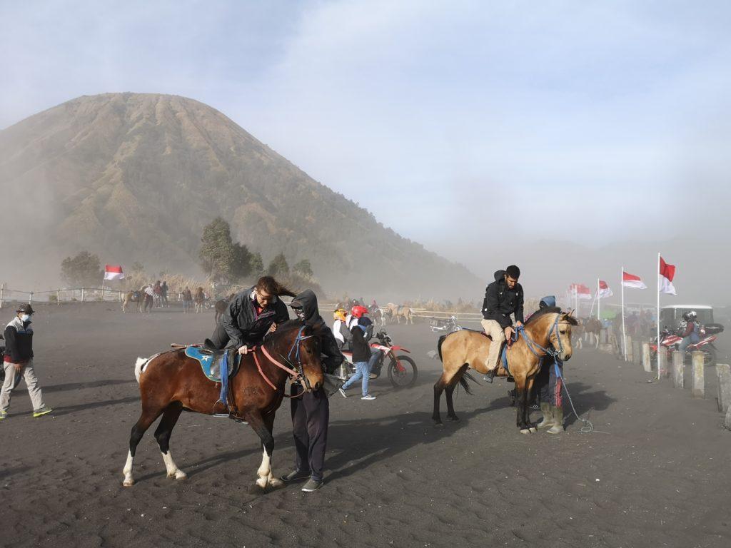 Les touristes peuvent aussi faire un tour à cheval au milieu de la tempête de sable, super