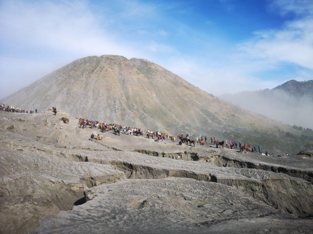 Les touristes qui font la queue pour monter au Mont Bromo avec le Mont Batok en fond