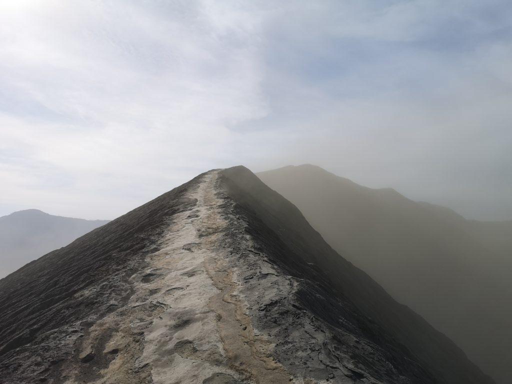 Sur l'arrête du cratère du Bromo