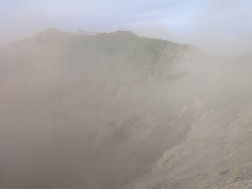 La vue sur l'intérieur du cratère, malheureusement
