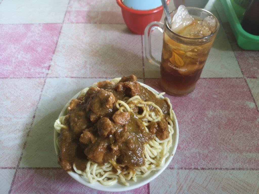 Mie Ayam Jumbo, du poulet et des nouilles dans une bonne sauce format XXL avec un Es Teh, un bonheur!