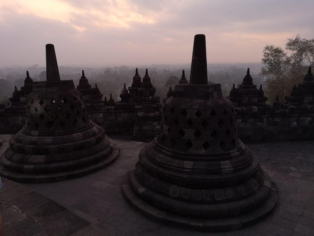 Lever du soleil sur le temple Borobudur