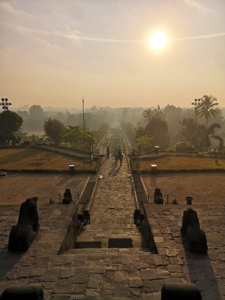 L'une des allées principales menant au temple