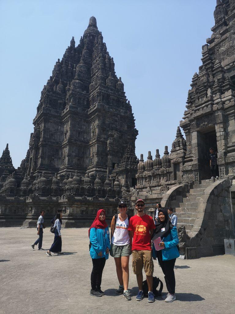 Nos guides et nous devant un des temples à Prambanan