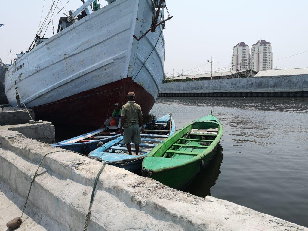 L'un des hommes désirant nous emmener promener sur son bateau