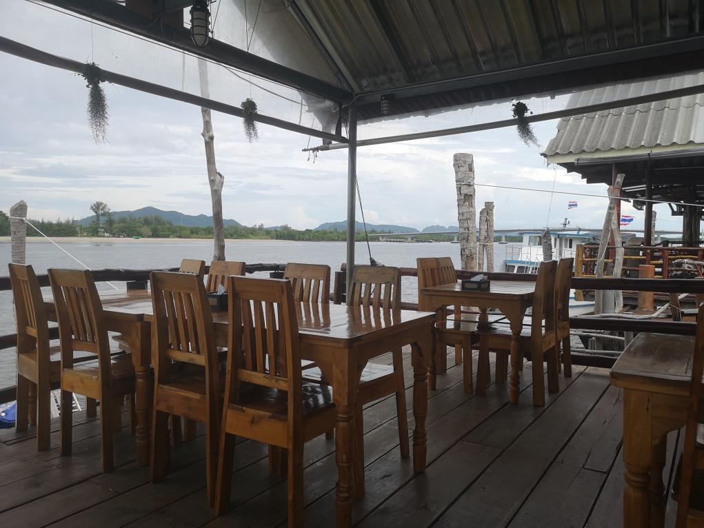Le restaurant avec vue sur le port