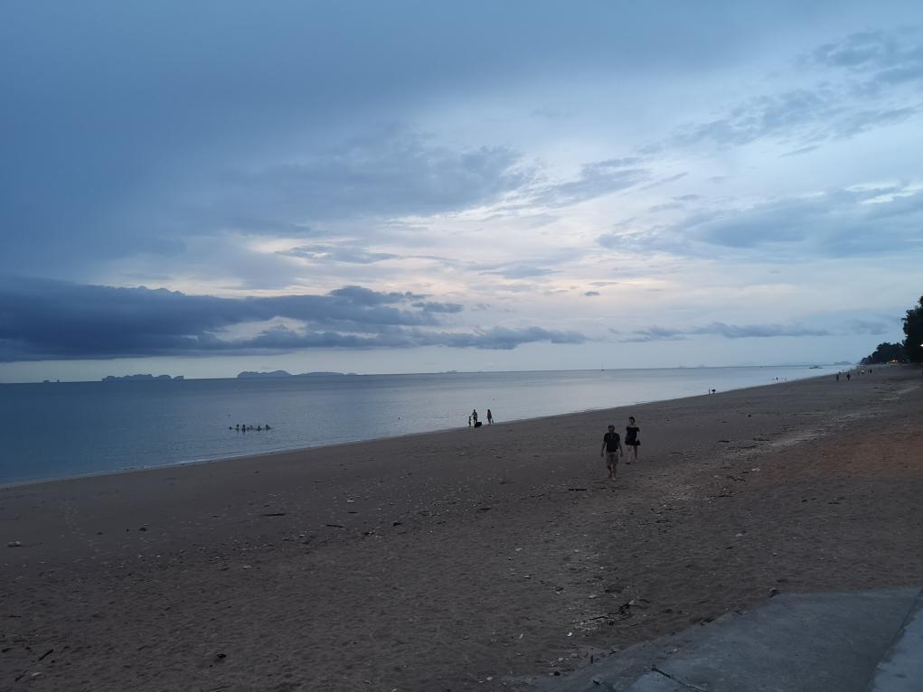 Baisse de la lumière sur la plage à Koh Lanta
