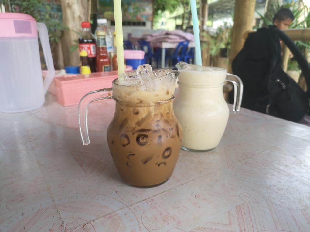 Café glacé et jus frais, parfait pour le petit-déjeuner