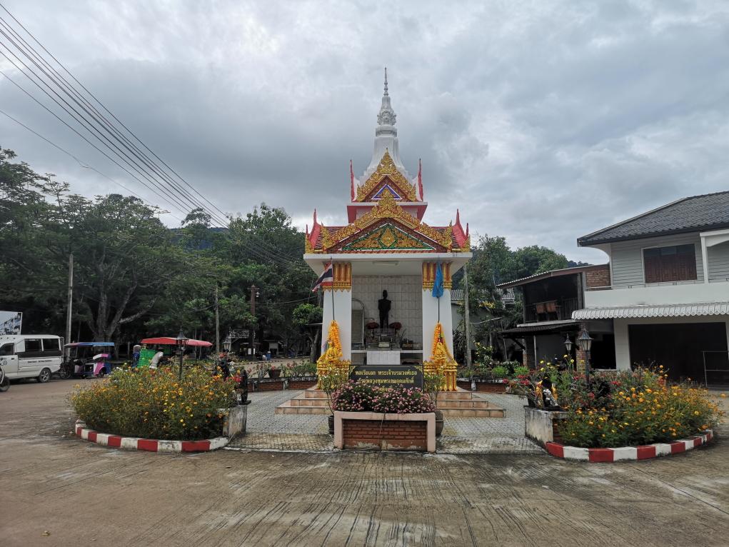Un monument à l'entrée de la vieille ville de Lanta
