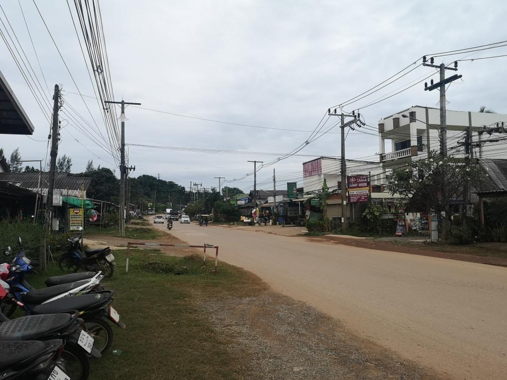 La rue principale de l'île qui passe devant chez nous
