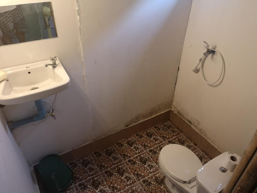 La salle de bain en dur adjacente au bungalow