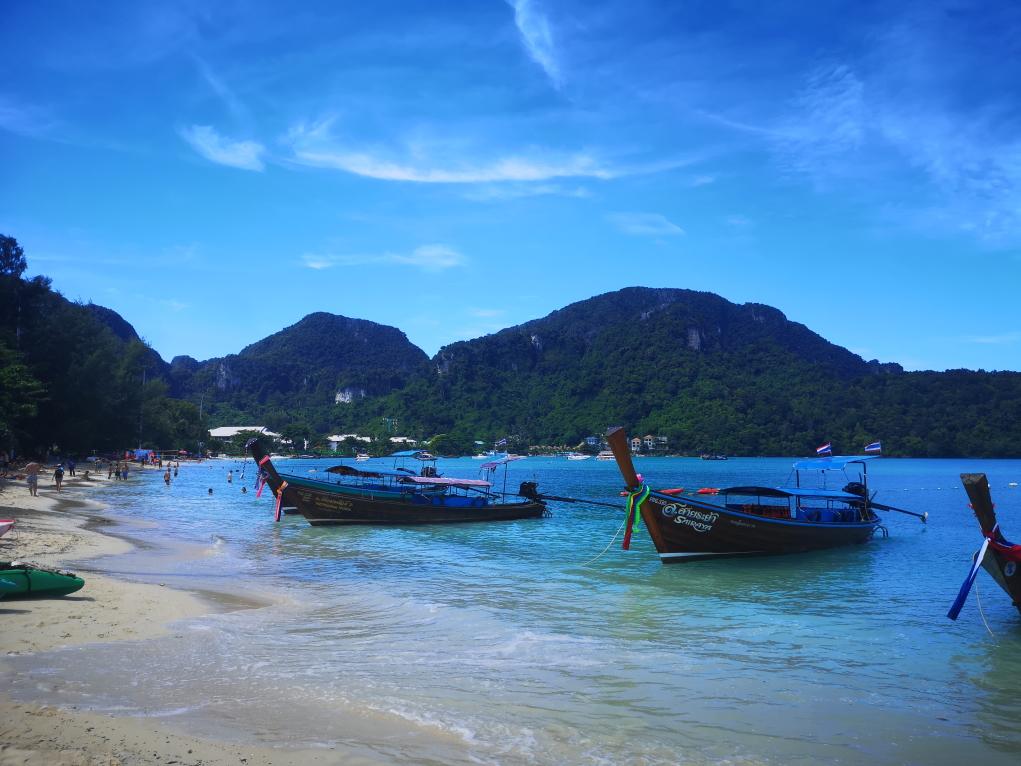 Les bateaux longtails sur la plage