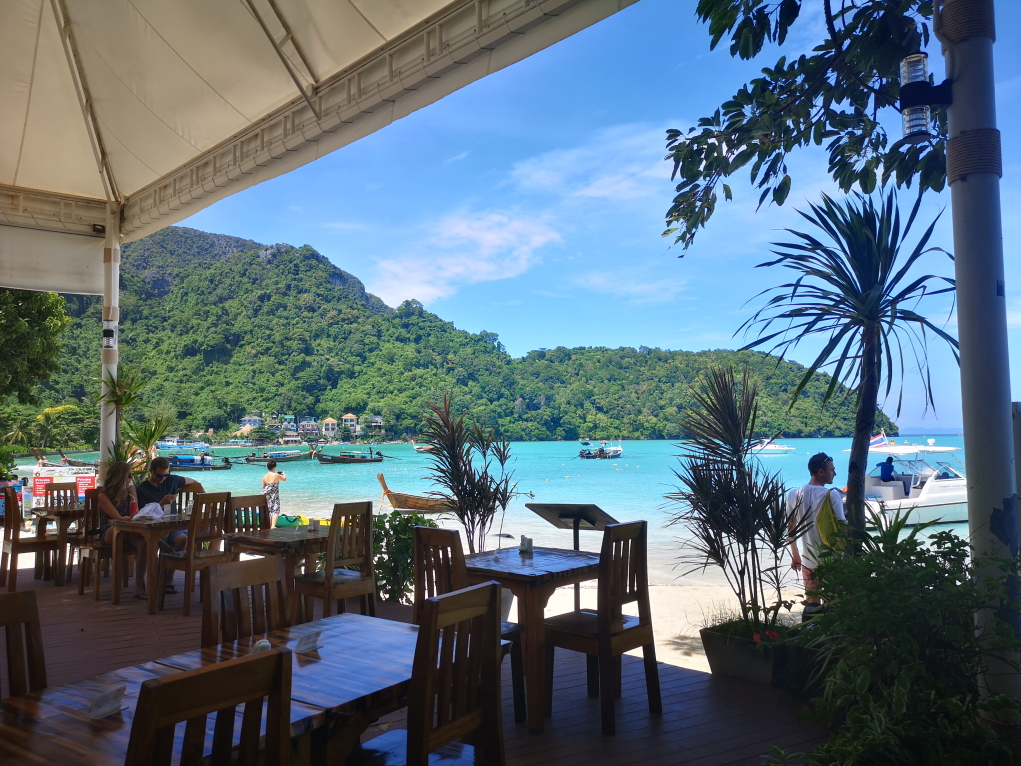 Un restaurant d'hôtel avec vue sur la Loh Dalum Beach