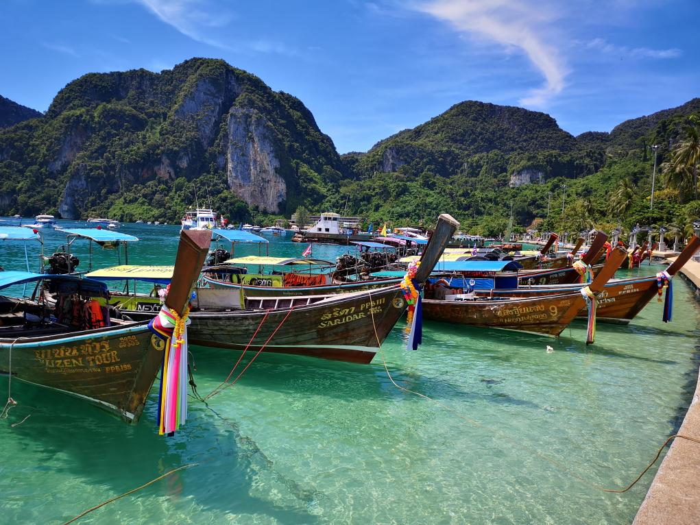 Phi Phi Beach avec les longtails de tourisme