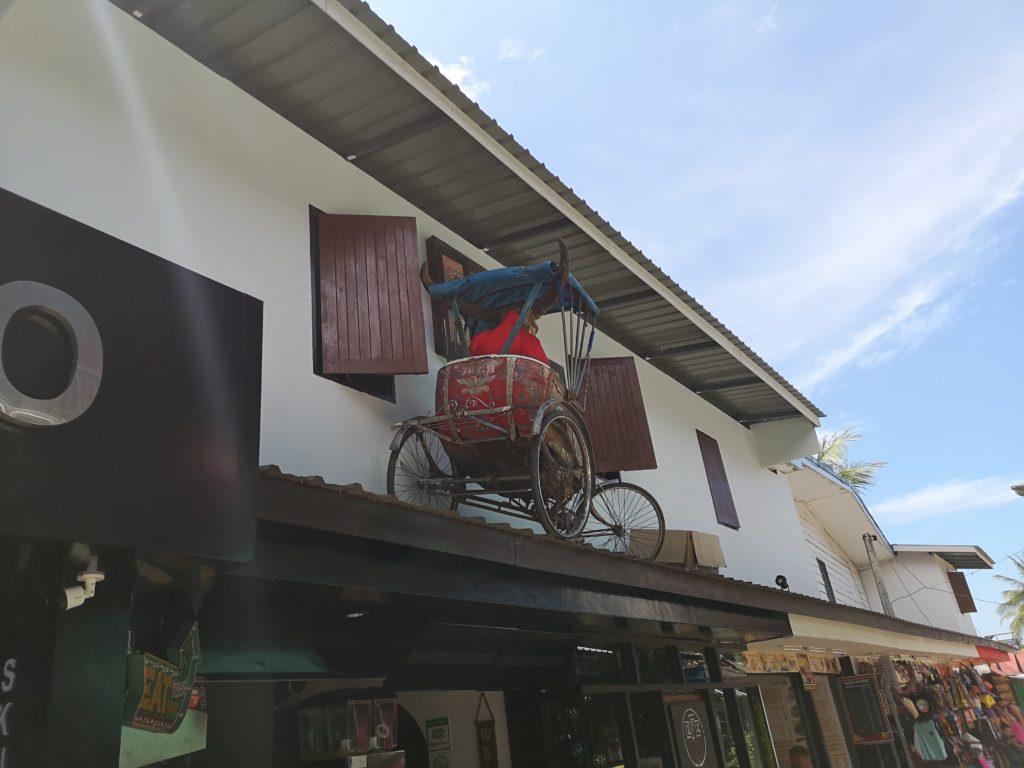 """L'une des malheureusement rares photos des """"rues"""" de Koh Phi Phi, ici une devanture de magasin"""