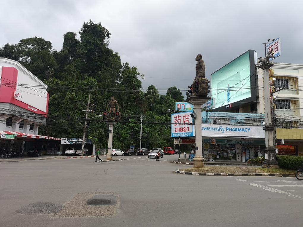 Carrefour au milieu de deux grandes routes dans le centre de Krabi