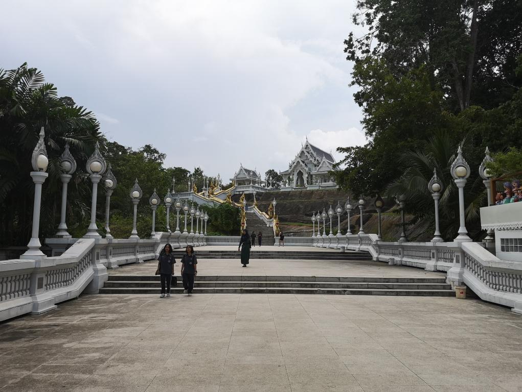 Les escaliers montant au temple blanc de Krabi