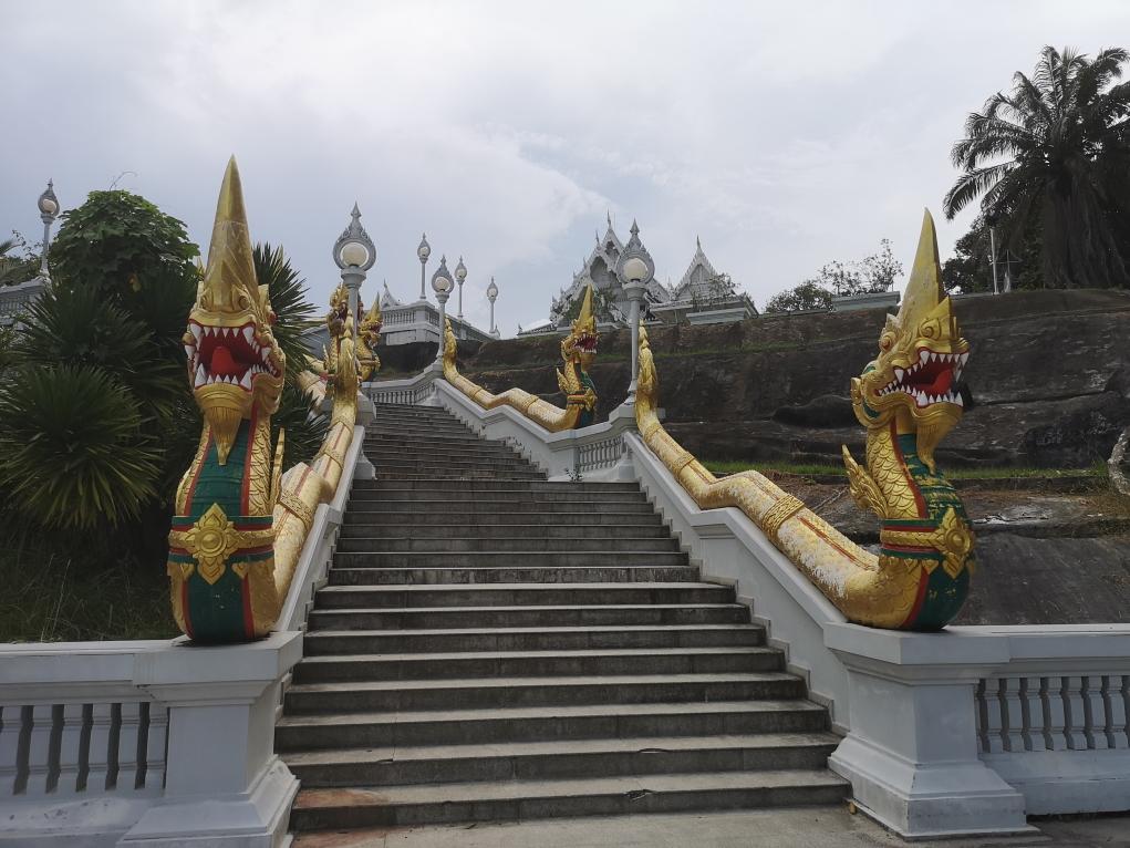Les escaliers montant au temple blanc
