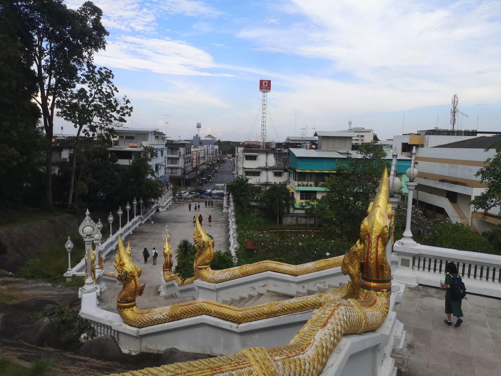 Vue de la ville de Krabi depuis le Temple Blanc