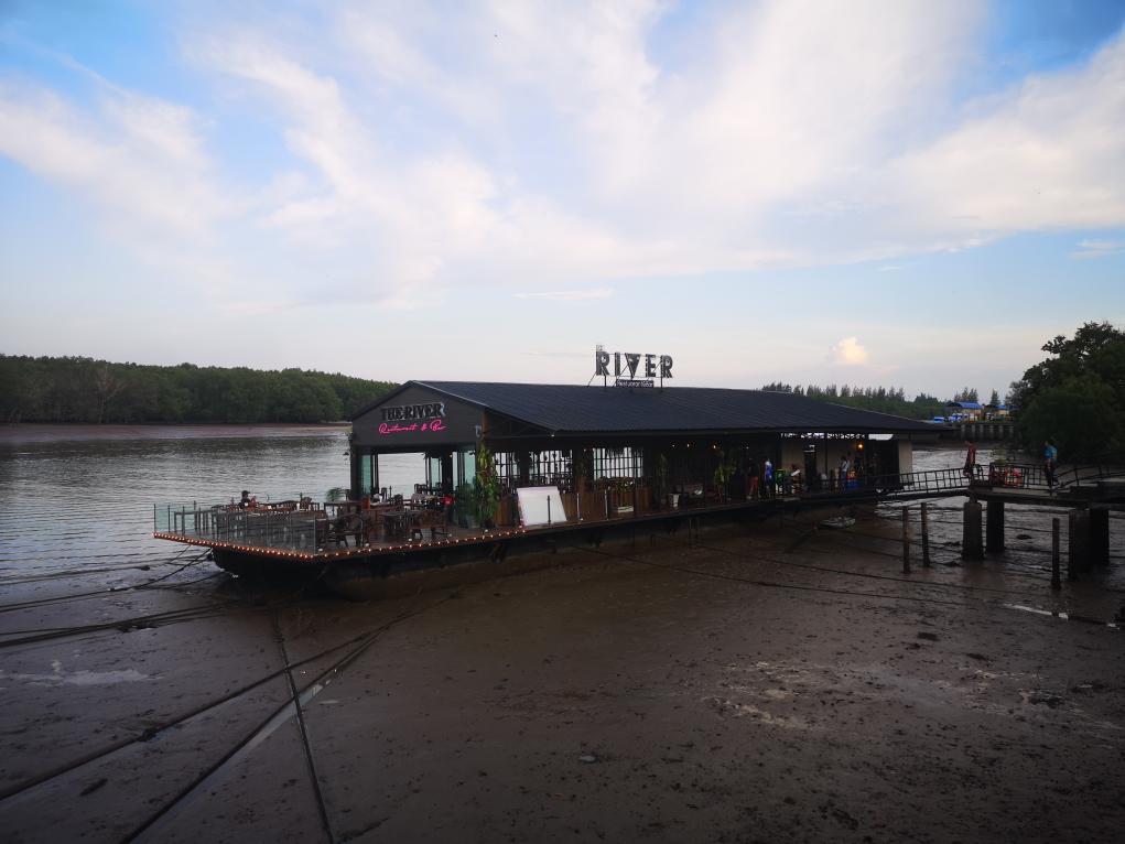 Bar Restaurant sur la rivière qui traverse Krabi